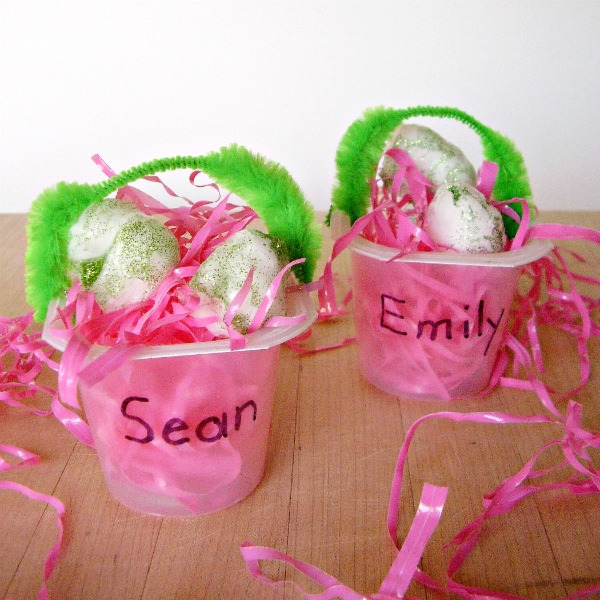 Mini Easter basket kids craft with recyclables