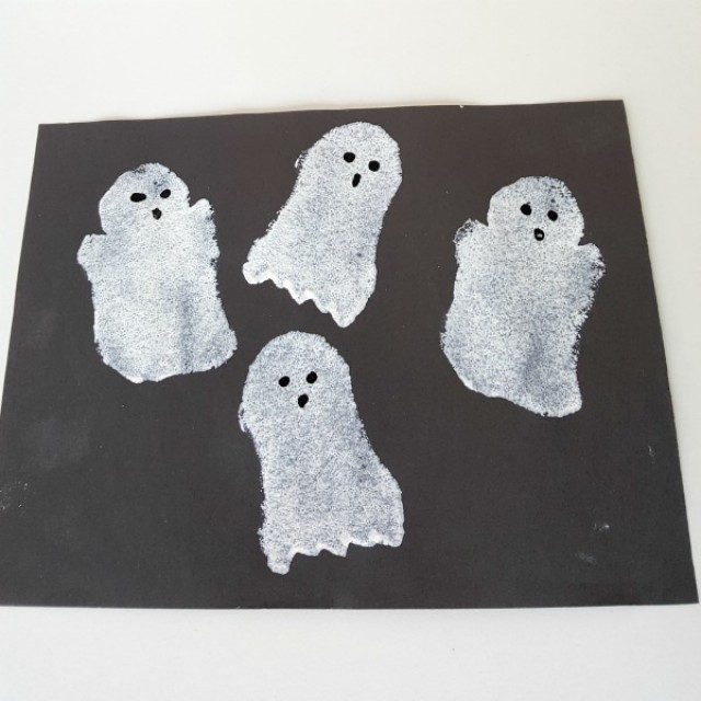 Sponge painting Halloween ghosts with preschoolers