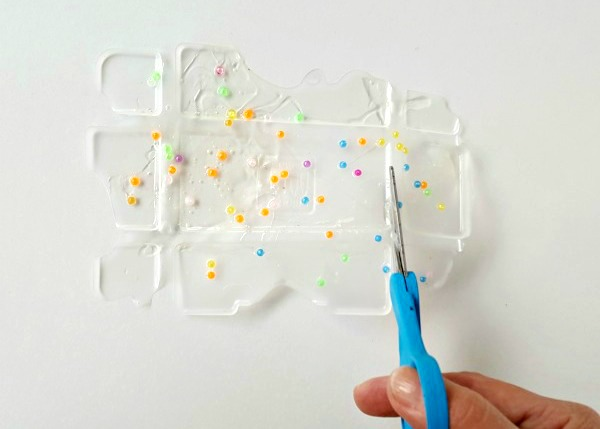The dry mixture of glue and beads can be cut with scissors